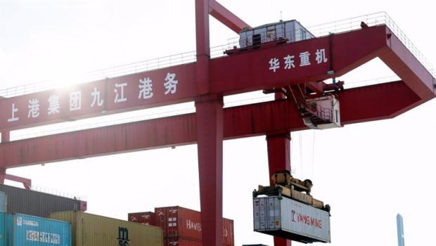 ep archivo   imagen de una grupo portando un contenedor en un puerto en china