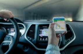 conduite-avec-un-gps-vtc-voiture-de-tourisme-avec-chauffeur-taxis-appli-de-transport-uber