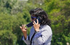ep una mujer se quita la mascarilla para hablar por telefono en sevilla en mayo de 2020