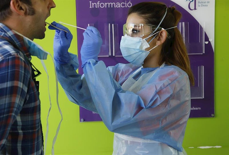 https://img3.s3wfg.com/web/img/images_uploaded/1/f/ep_06_april_2020_spain_palma_a_health_care_worker_takes_a_sample_from_a_patient_in_the_establiments.jpg