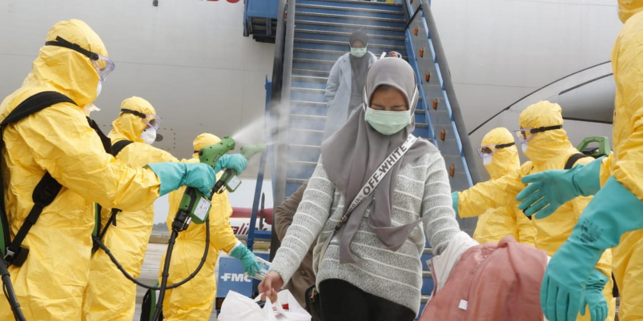 coronavirus-covid-19-des-medecins-diffusent-un-spray-antiseptique-sur-une-femme-rapatriee-de-chine-en-indonesie-le-2-fevrier-2020