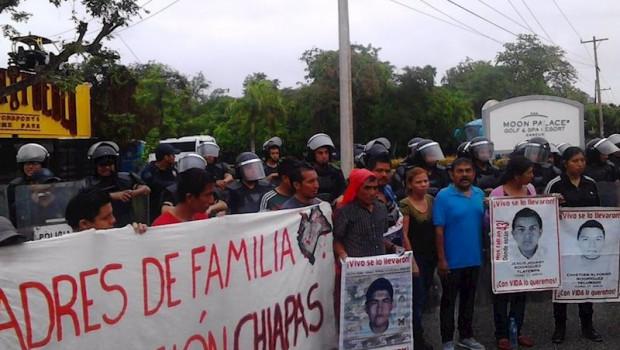 ep familiares de los 43 normalistas de ayotzinapa durante una manifetacion