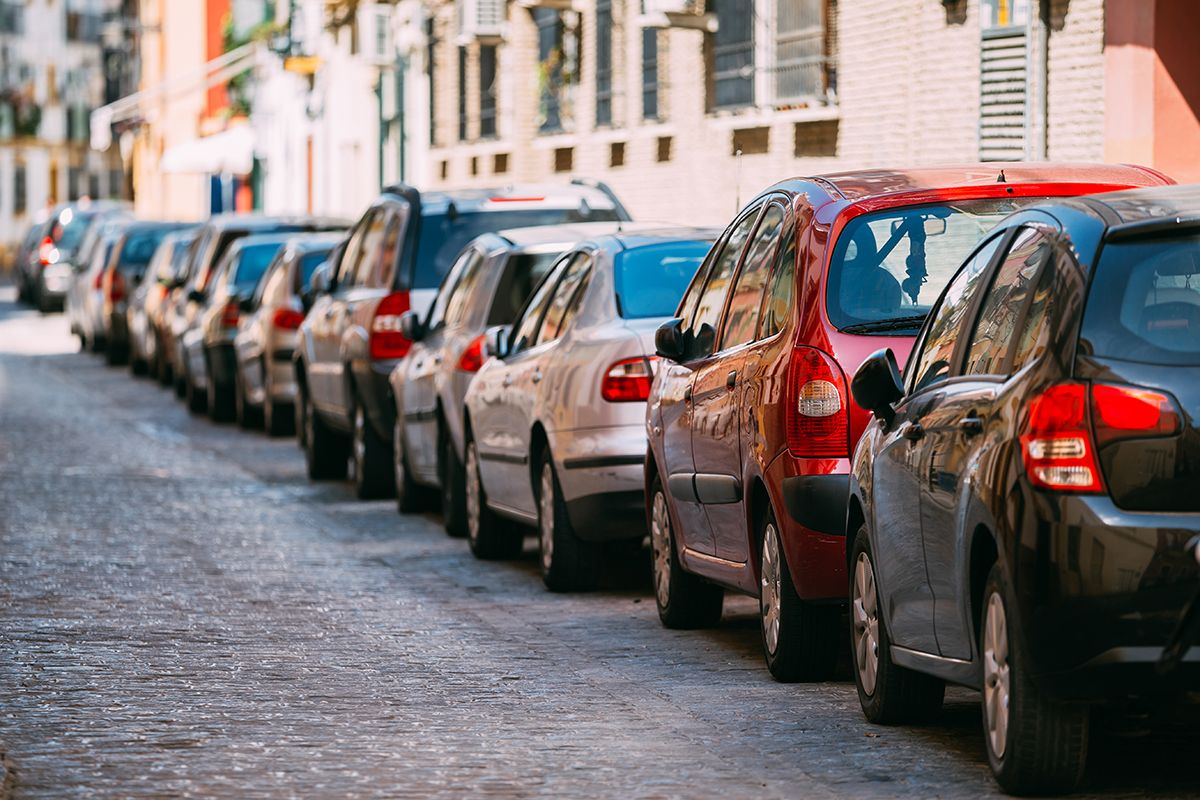 1562761019 cars parked on street in european city in sunny ph6uad6