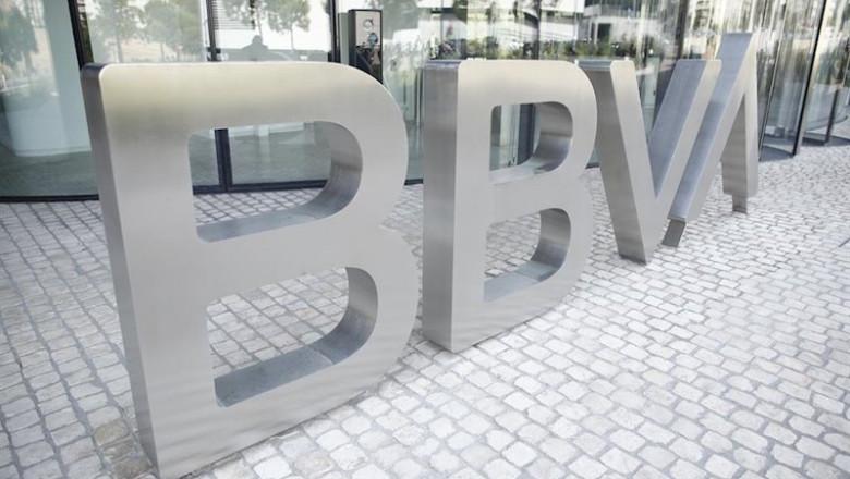ep nuevo logo del bbva a las puertas de su sede en madrid