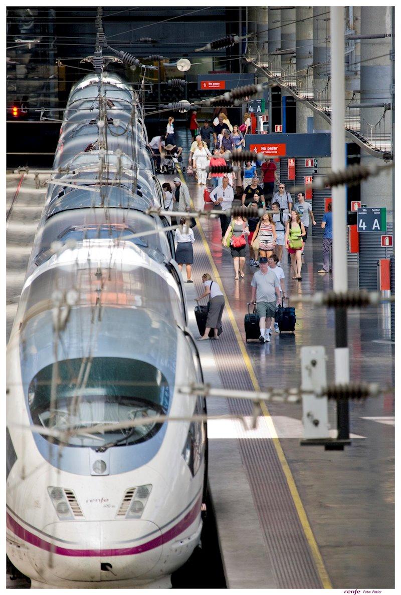 ep estacion con tren ave y viajeros de renfe