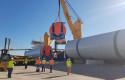 ep archivo   carga en el puerto de sevilla de las secciones de una torre eolica marina