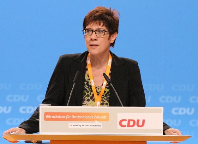 Annegret Kramp-Karrenbauer, la favorita de Merkel, liderará la CDU