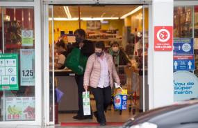 ep una mujer compra en un supermercado de castro riberas de lea perteneciente a la comarca de a