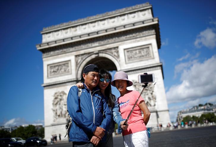 les-touristes-s-emparent-du-point-de-repere-de-paris-l-arc-de-triomphe-sur-l-avenue-des-champs-elysees-en-france-le-3-aout-2017