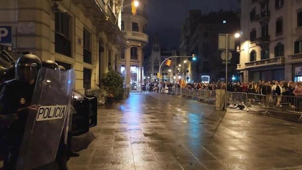 ep la manifestacion de los cdr en barcelona se detiene ante la jefatura de policia de la via