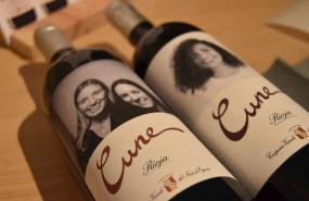 ep cvne instala un fotomaton para hacer etiquetas personalizadas para sus vinos
