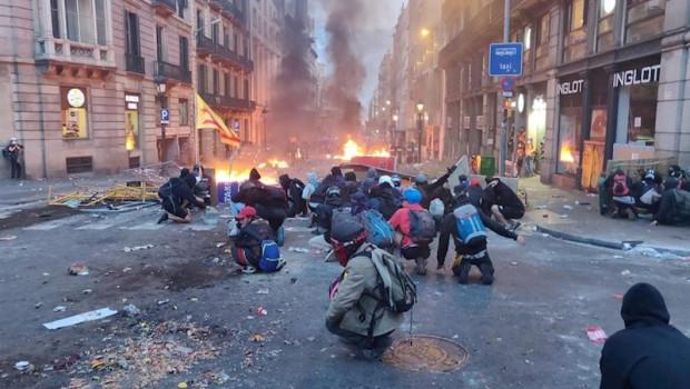 ep manifestantes en de la via laietana en barcelona que protestan en los alrededores de la jefatura