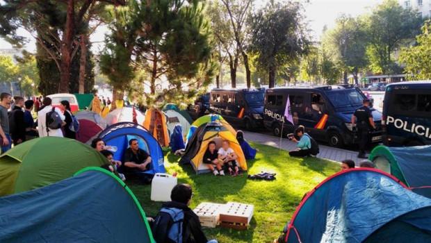 ep un grupo de jovenes acampa frente al ministerio de transicion ecologica en uno de los actos de