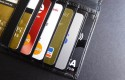 cartera-mano-repleta-tarjetas-credito