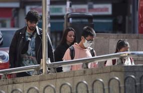 ep un joven de rasgos asiaticos entra en el metro del distrito madrileno de usera protegiendo su