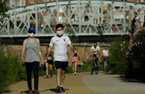 ep personas haciendo deporte y paseando por la mota del rio a su paso por murcia