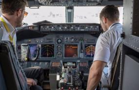 ep archivo - imagen de dos pilotos en la cabina de un avion