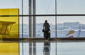 ep archivo - un pasajero camina por las instalaciones de la terminal 4 del aeropuerto madrid-barajas