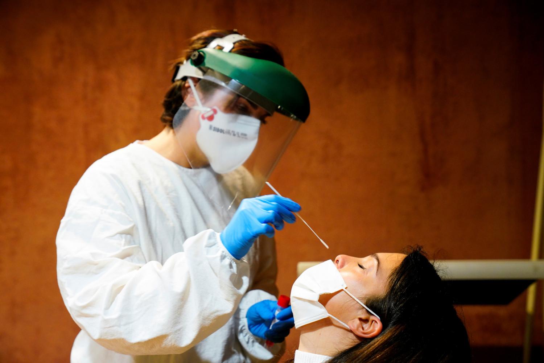 coronavirus la france va rendre les tests obligatoires pour les voyageurs de l ue
