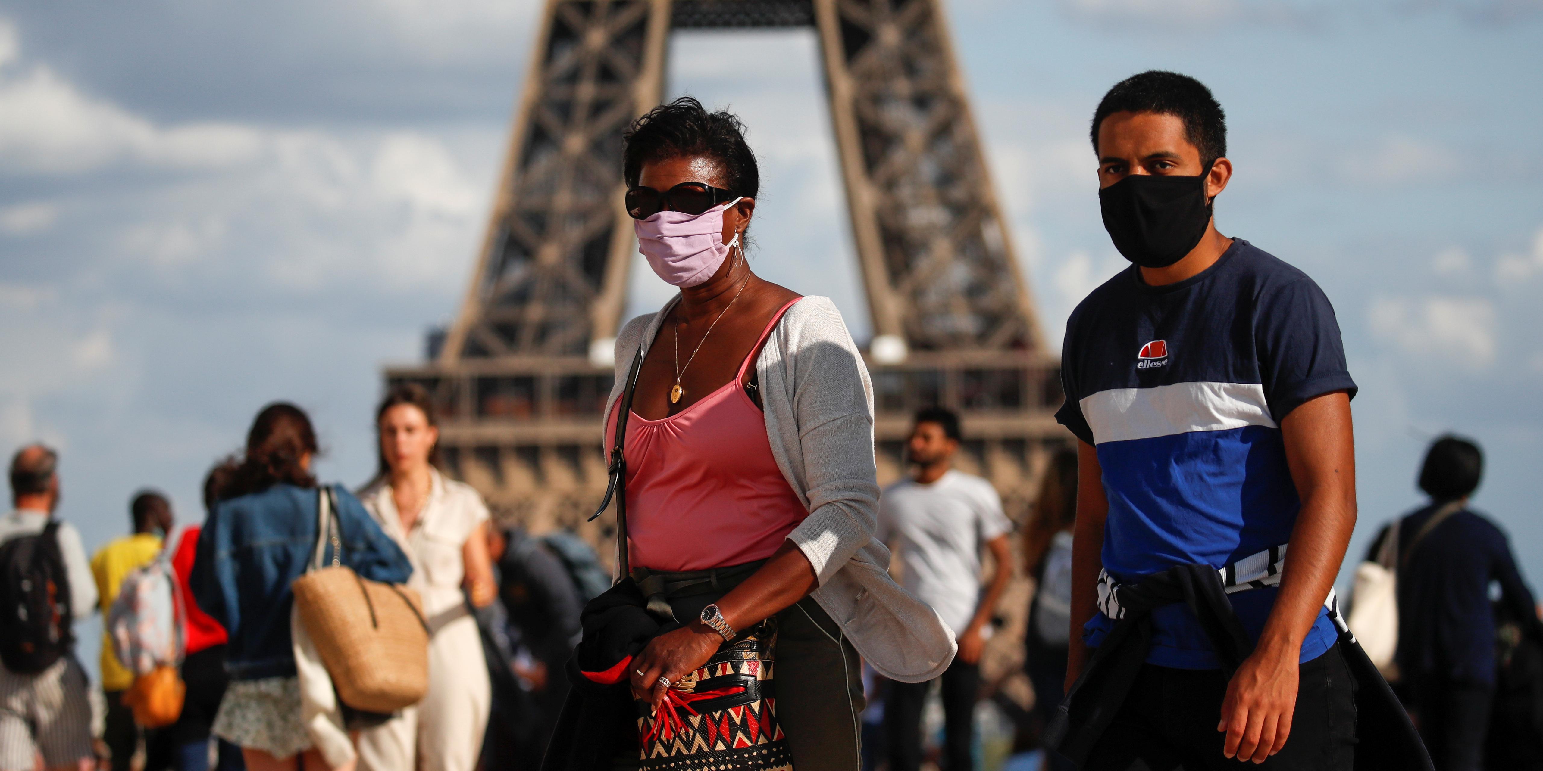 coronavirus-des-gens-portent-un-masque-square-du-trocadero-pres-de-la-tour-eiffel-alors-que-paris-prevoit-de-rendre-obligatoire-le-port-du-masque-a-l-exterieur-dans-certaines-zones-particulierement-frequentees