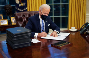 ep el presidente de estados unidos joe biden firma sus primeros decretos en el despacho oval