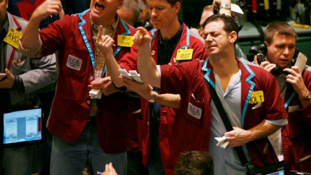 traders-atentos-operaciones-wall-street