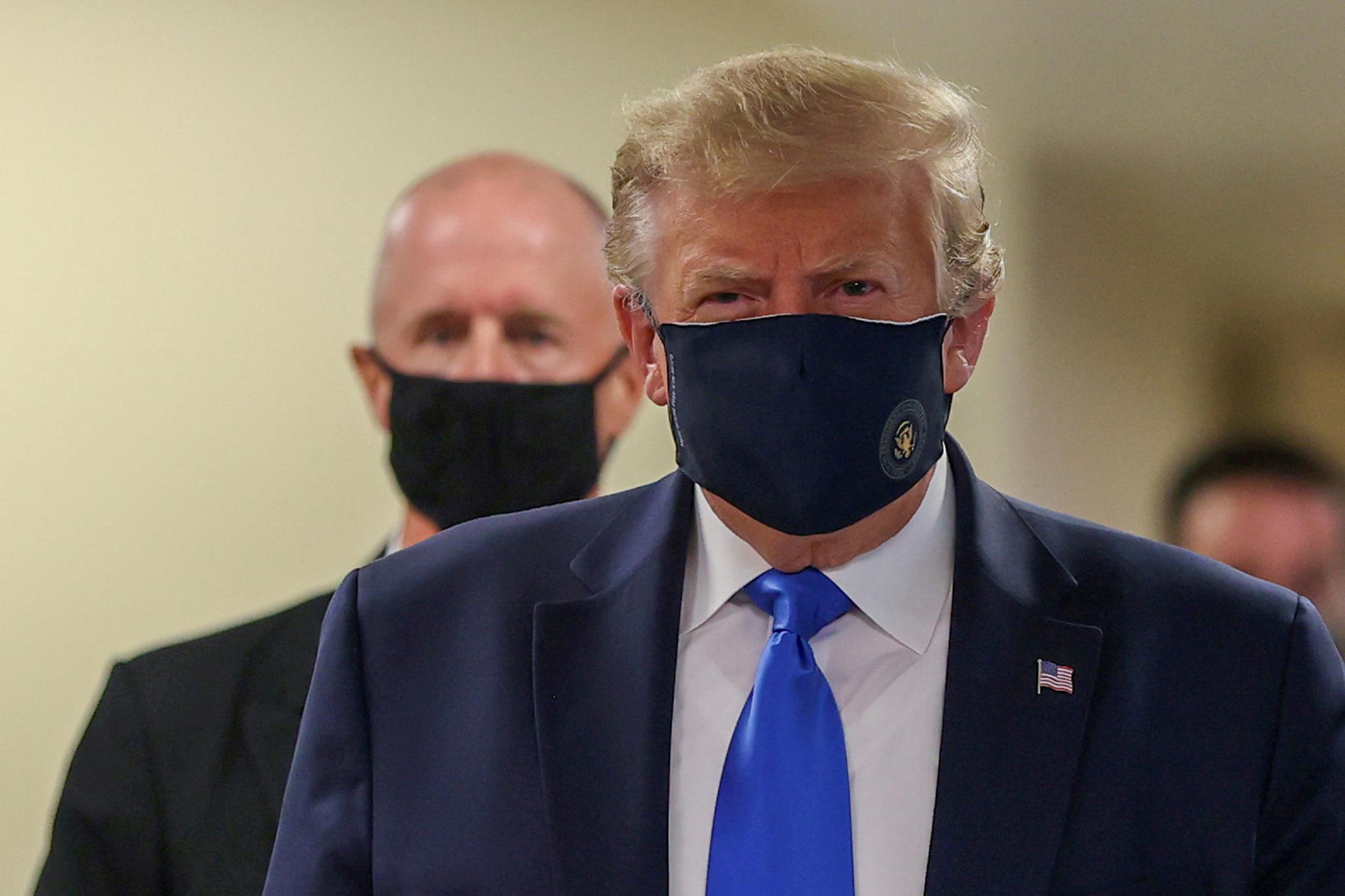 usa-trump-muni-d-un-masque-en-public-pour-la-premiere-fois